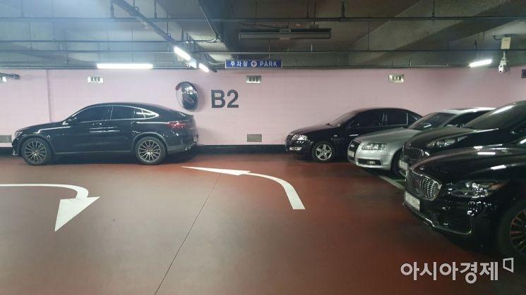 서울 서초구의 한 아파트 지하 주차장. 공간이 부족해 도로에 차가 주차돼 있다. /사진=이정윤 기자