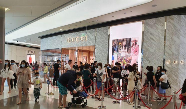 중국 청명절 연휴기간 이동인구가 1억 명을 넘는 등 올 들어 중국인들의 소비심리가 크게 개선되고 있다. 중국의 하와이로 불리는 하이난 섬을 찾은 중국인들이 면세점에 쇼핑을 하고 있다.