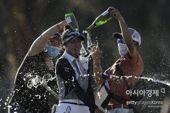 '슈퍼 루키' 패티 타와타나낏이 ANA인스퍼레이션 우승 직후 샴페인 축하 세례를 받고 있다.