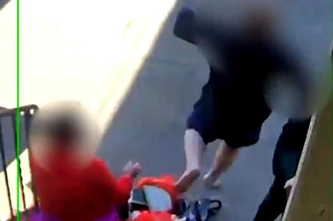 노모 비명에 칼 들고 맨발로 뛰어나온 아들. 사진=트위터 영상 캡처.