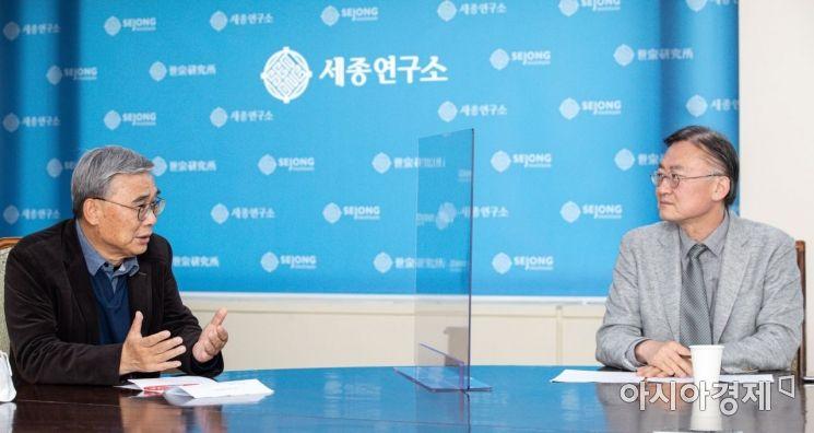 이종석(왼쪽) 세종연구소 수석연구위원이 6일 경기 성남 세종연구소에서 인터뷰 하고 있다./성남=강진형 기자aymsdream@