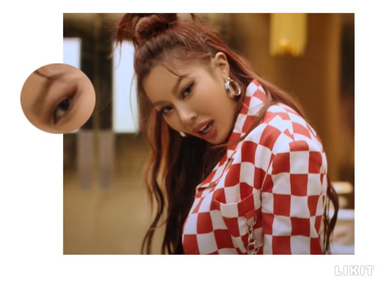 얼굴에 입체감 더하는 각진 눈썹. ⓒ제시 뮤직비디오 '어떤 X'