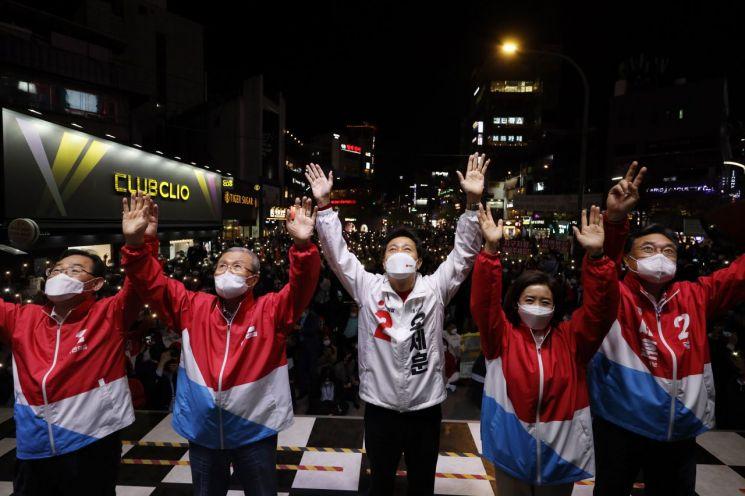 El candidato Se-Hoon Oh, el alcalde de Seúl, el alcalde Kim Jong-in, el presidente del Comité de Respuesta a Emergencias, Ho-Young Joo, el representante Jin-Seok Jeong y el excongresista Na Gyeong-won están pidiendo apoyo en una campaña intensiva realizada frente al Uplex en los grandes almacenes Hyundai en Seodaemun-gu, Seúl.  / Foto = Noticias de Yonhap