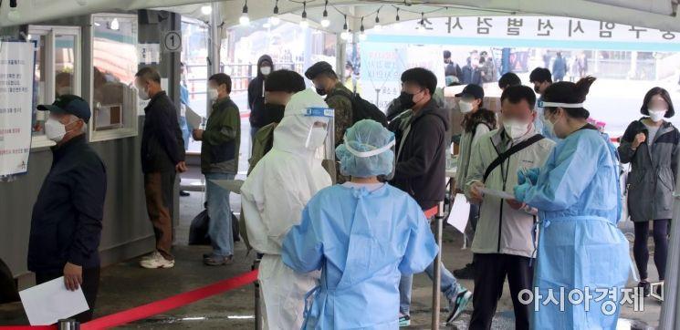 코로나19 신규 확진자가 668명으로 집계되면서 89일 만에 최다를 기록한 7일 서울 중구 서울역 임시 선별검사소에서 시민들이 검사를 받기 위해 줄을 서 있다. 일일확진자 668명은 국내 '3차 대유행'이 정점을 지나 진정국면에 접어들기 직전인 올해 1월 8일(674명) 이후 89일 만에 최다 기록이며 600명을 넘어선 것은 621명을 기록했던 지난 2월 18일 이후 48일 만이다./김현민 기자 kimhyun81@