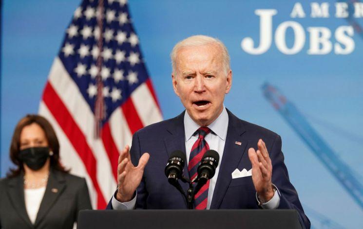 조 바이든 미국 대통령이 7일 증세 방침에 대해 연설하고 있다. 그는 증세의 필요성을 역설하면서도 당초 예고한 28% 보다 낮은 법인세율에 대해 야당과 협상할 수 있음도 시사했다. [이미지출처=로이터연합뉴스]