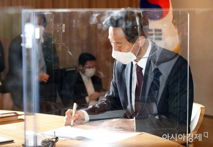 오세훈 서울시장이 8일 오전 서울시청으로 출근해 사무 인계·인수서에 서명하고 있다. / 사진공동취재단