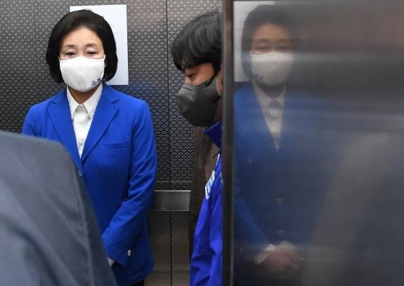7일 선거 캠프를 나서는 박영선 더불어민주당 서울시장 후보./사잔=연합뉴스