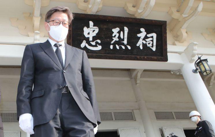박형준 부산시장 당선자가 8일 오전 부산 동래구 충렬사를 참배하고 있다. (사진=연합뉴스)