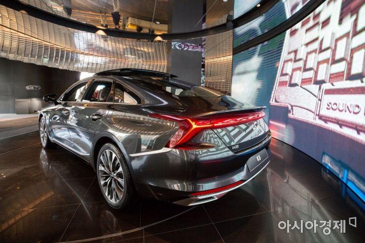 일 서울 강남구 기아비트360에서 새로운 기아의 첫 모델 'K8'이 출시를 앞두고 취재진에 공개되고 있다./강진형 기자aymsdream@