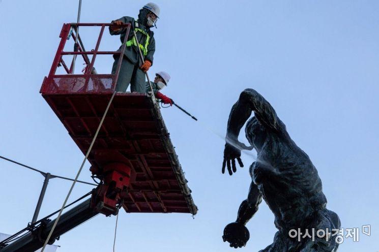 [포토]송파구 올림픽로 조형물 세척