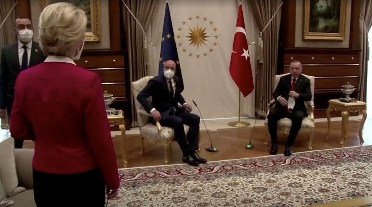 6일(현지시간) 터키를 방문한 우르줄라 폰데어라이엔 유럽연합(EU) 집행위원장(왼쪽 두번째)이 레제프 타이이프 에르도안 터키 대통령(왼쪽 네번째)와 만난 자리에서 의자가 없어 서 있는 모습 [이미지출처=로이터연합뉴스]