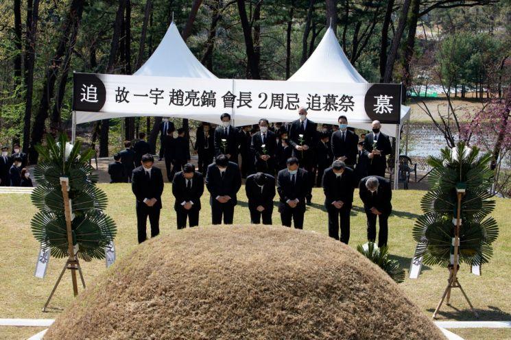 조원태 한진그룹 회장이 8일 오후 경기도 용인시 기흥구 하갈동 소재 선영에서 열린 조양호 회장 2주기 추모 행사에 참석했다.
