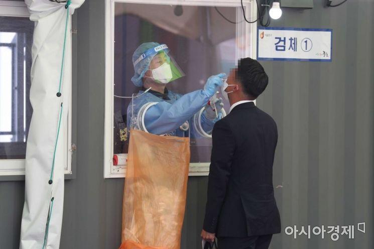 코로나19 신규 확진자 수가 700명 선까지 급증한 8일 서울역 광장에 마련된 코로나19 선별검사소에서 시민들이 검사를 받고 있다. /문호남 기자 munonam@