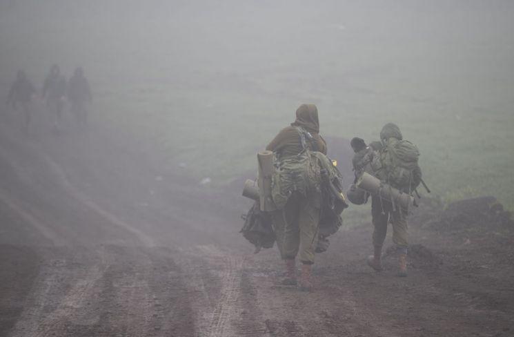 지난달 1일(현지시간) 이스라엘 병사들이 시리아와 접한 골란고원 중심부의 집결지로 이동하고 있는 모습. [이미지출처=연합뉴스]