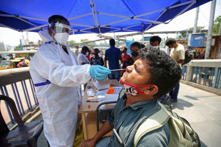 지난 7일 인도 벵갈루루에서 한 시민이 코로나19 검사를 하고 있다. 벵갈루루(인도)=EPA연합