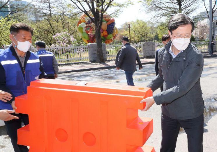 [포토]채현일 영등포구청장, 여의서로 봄꽃길 바리케이드 철거…교통통제 해제