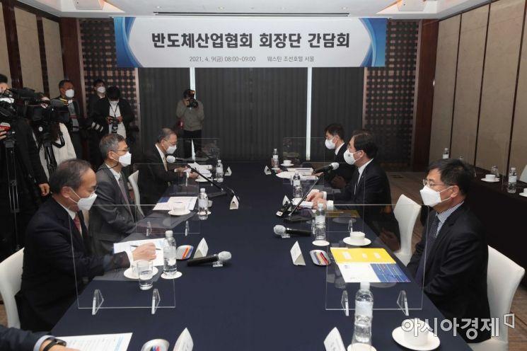 성윤모 산업통상자원부 장관(오른쪽 가운데)이 9일 서울 중구 웨스틴조선호텔에서 열린 반도체산업협회 회장단 간담회에서 반도체 지원대책 관련 발언을 하고 있다. /문호남 기자 munonam@
