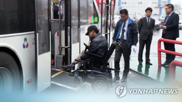 최근 장애인 차별 사례가 잇따라 발생하며 '장애인차별금지법'에 대한 실효성 지적이 나오고 있다. [이미지출처=연합뉴스]
