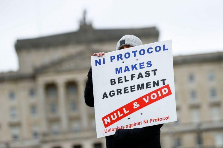 지난 8일(현지시간) 북아일랜드 수도 벨파스트에서 북아일랜드 협약에 반대하는 시민이 1인 시위를 진행하고 있다. 벨파스트(영국)=로이터연합