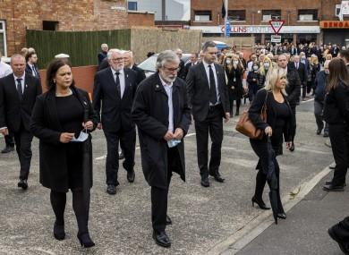 지난해 6월 북아일랜드 민족주의 성향 신페인당 지도부를 비롯한 분리주의 세력이 전 아일랜드공화국군(IRA) 지도자 바비 스토리 장례식에 참여하고 있는 모습 [사진출처=트위터 캡처]