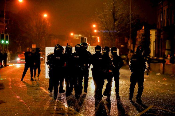 지난 7일(현지시간) 북아일랜드 수도 벨파스트의 한 길거리에서 경찰관들이 도로를 순찰하고 있다. 벨파스트(영국)=로이터연합