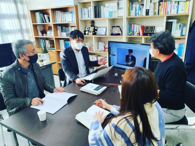 동명대 광고PR학과 교수진의 회의 모습.