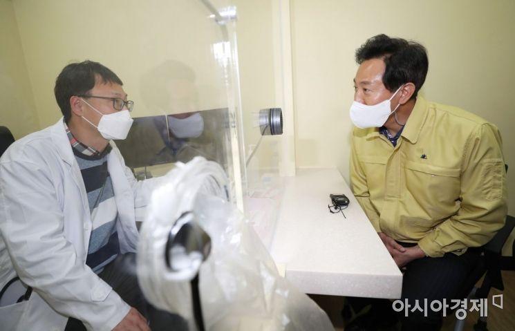 [포토] 칸막이 사이로 의료진 격려하는 오세훈 시장