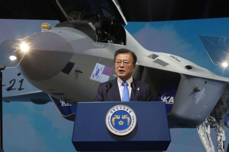 문재인 대통령이 9일 경남 사천시 한국항공우주산업(KAI) 고정익동에서 열린 한국형전투기 보라매(KF-21) 시제기 출고식에서 기념연설을 하고 있다. (사천=연합뉴스)