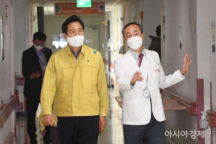 오세훈 서울시장(오른쪽)이 9일 서울 은평구 서북병원을 찾아 박찬병 병원장의 안내를 받으며 코로나19 대응 현황을 점검하고 있다./김현민 기자 kimhyun81@