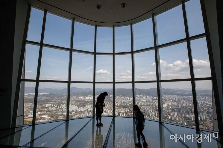 완연한 봄날씨가 이어지고 있는 9일 서울 송파구 롯데월드타워 전망대 서울스카이에서 바라본 도심에 맑은 하늘이 펼쳐져 있다./강진형 기자aymsdream@