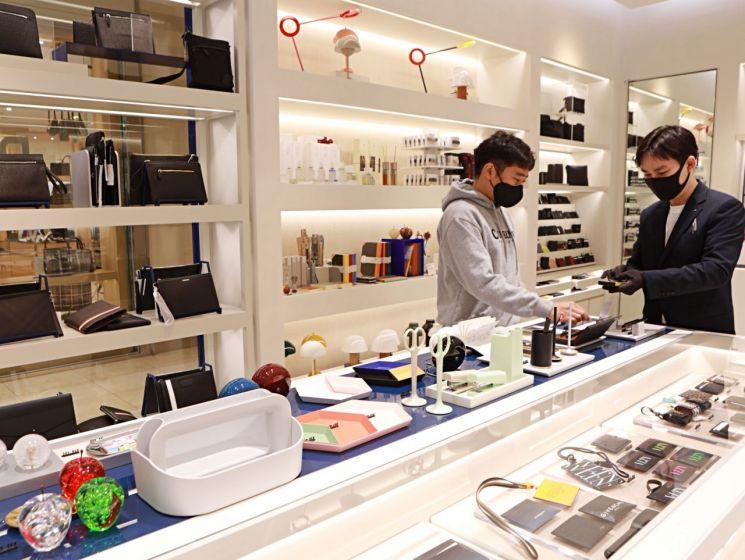 롯데백화점 스말트 중동점에서 고객이 상품을 살펴보고 있다.