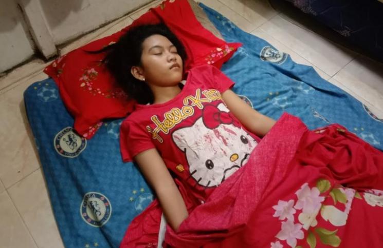 인도네시아의 한 소녀에게서 최대 13일 동안 잠만 자는 이상 증세가 이어지고 있다. 사진=에차 아버지 물야디 페이스북 캡처.
