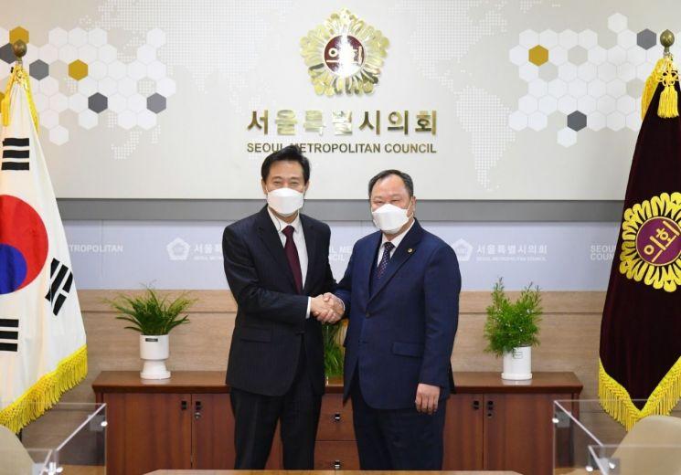 오세훈 서울시장(왼쪽)이 당선 후 첫 출근한 날 오전 김인호 서울시의회 의장을 찾아 인사를 나누고 협치를 당부했다.