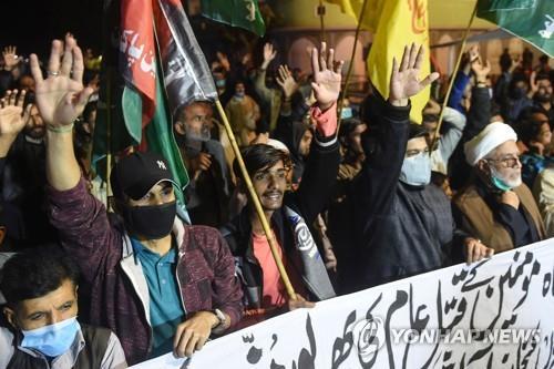 시아파 광부 11명 피살 사건과 관련해 항의하는 시위대. [이미지출처=연합뉴스]