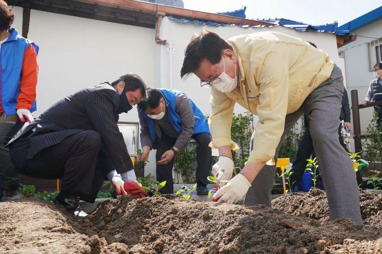 유덕열 동대문구청장이 9일 오후 청량리동 도시텃밭 파종행사에 참여해 가지를 심고 있다.
