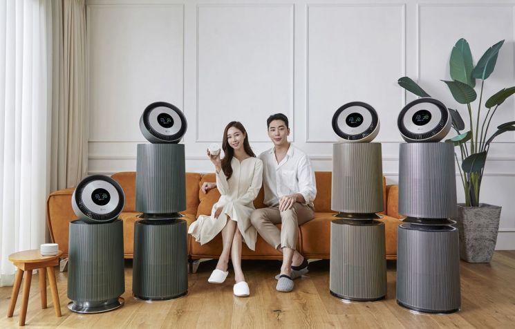 LG전자가 11일 '오브제컬렉션 360˚ 공기청정기'를 출시했다. 모델들이 LG 오브제컬렉션 360˚ 공기청정기(사진 왼쪽)과 LG 퓨리케어 360˚ 공기청정기 알파를 소개하고 있다./사진=LG전자