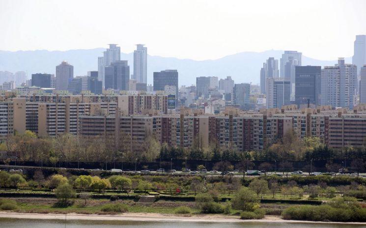 서울 용산구 유엔빌리지 인근에서 바라본 압구정동 현대아파트 일대의 모습. [이미지출처=연합뉴스]