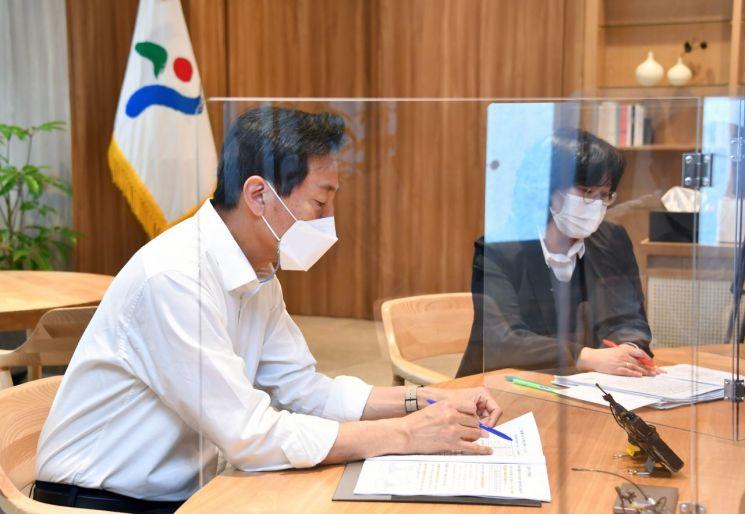 지난 8일 서울시청으로 출근해 업무 보고를 받고 있는 오세훈 서울시장. [이미지출처=연합뉴스]