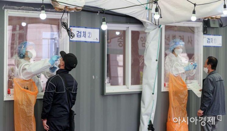 [포토]코로나19 임시 선별진료소 찾은 시민들