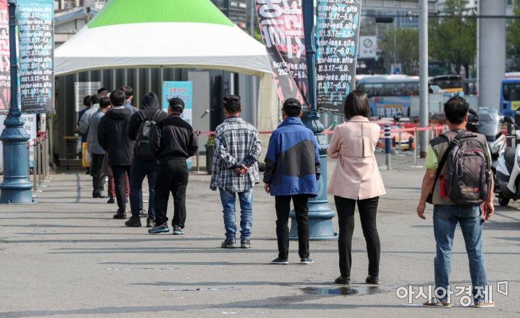 [포토]휴일 아침부터 선별진료소 찾은 시민들