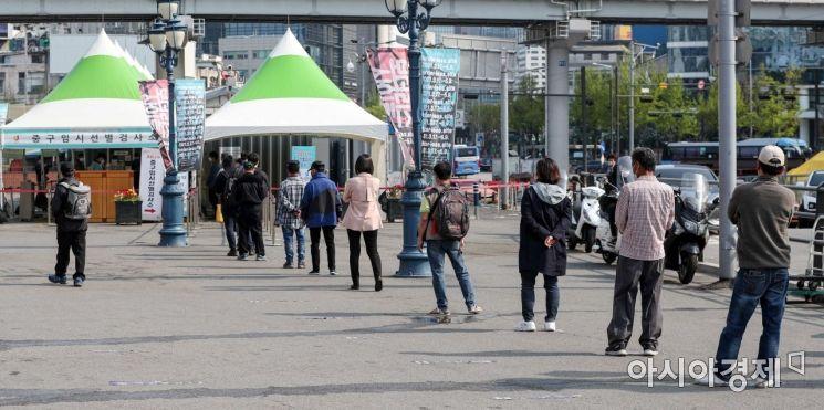 코로나19 신규 확진자가 614명 발생하며 사흘 연속 600명대를 이어가고 있는 11일 서울역 광장에 마련된 임시선별진료소를 찾은 시민들이 검사를 받기 위해 줄을 서고 있다./강진형 기자aymsdream@