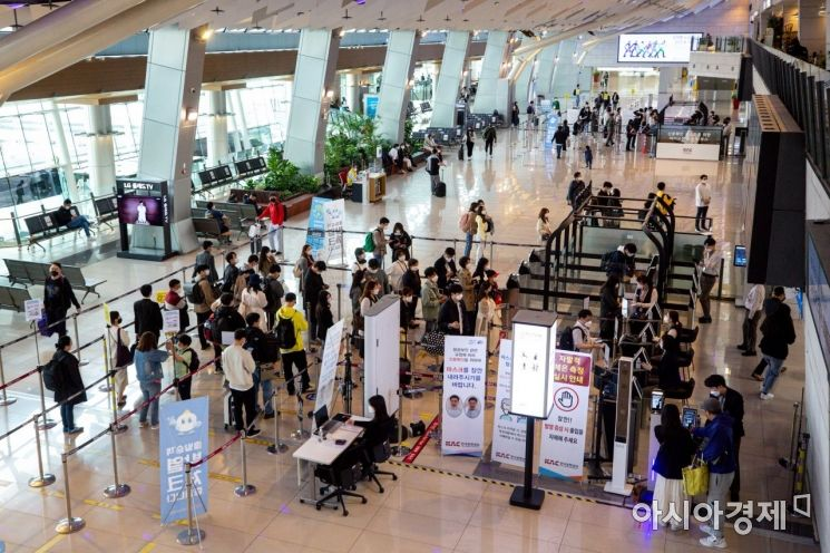 [포토]휴일 오전 김포공항 찾은 시민들