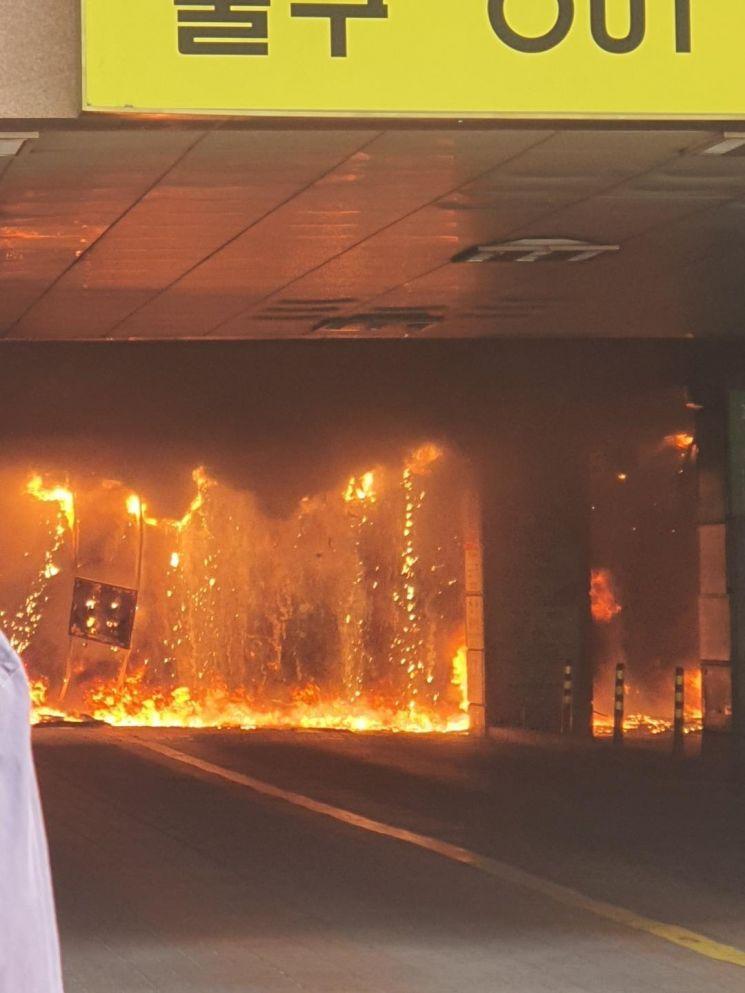 10일 오후 경기 남양주시 다산동의 한 주상복합건물에서 불이 나 일대에 검은 연기가 퍼지고 있다. [이미지출처=연합뉴스]