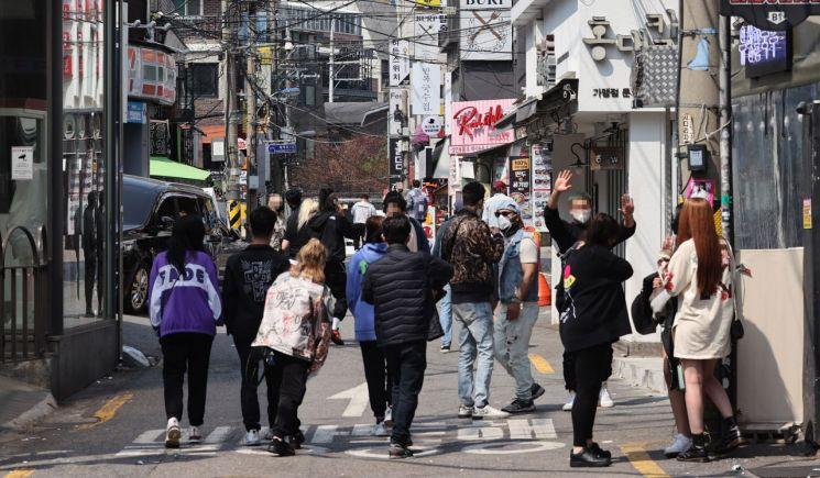 정부가 12일부터 수도권과 부산 등 거리두기 2단계 지역의 유흥시설 집합을 금지한 가운데 11일 서울 홍대클럽거리에서 시민들이 지나고 있다. [이미지출처=연합뉴스]
