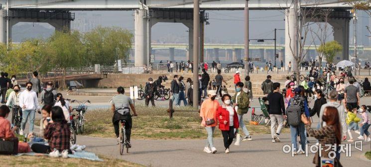 [포토]따뜻한 봄날씨에 한강공원 찾은 시민들