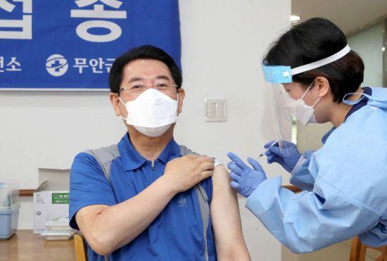 김영록 전남지사, AZ 백신 접종 '도민 백신 접종 독려'