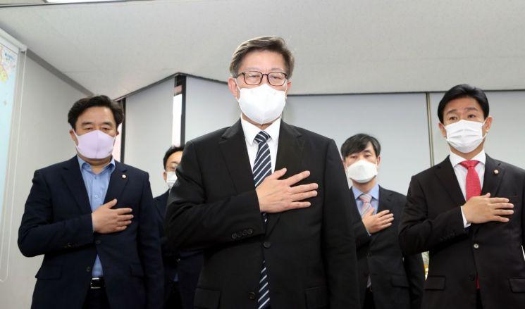 박형준 부산시장이 8일 부산진구 선거사무소에서 중앙당 의총 화상 회의에 참여하고 있다. [이미지출처=연합뉴스]