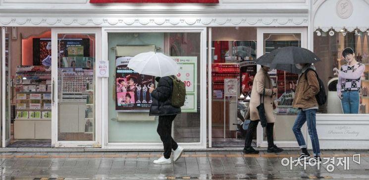 서울 서대문구 연세로에서 시민들이 우산을 쓰고 발걸음을 옮기고 있다./강진형 기자aymsdream@