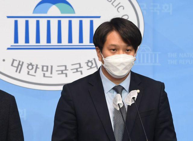 전용기 더불어민주당 의원이 지난 9일 오전 서울 여의도 국회 소통관에서 '더불어민주당 2030 의원 입장문'을 발표하고 있다. [이미지출처=연합뉴스]