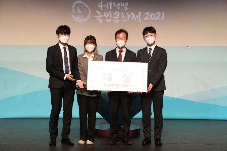 박겸수 강북구청장이 대상을 차지한 '워낭팀' 팀원들과 기념촬영을 했다.